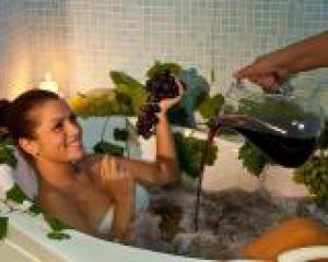 девушка принимает ванну с виноградным соком