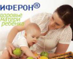 мать и ребенок играют фруктами
