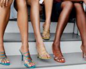 женщины сидят на ступеньках
