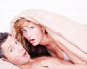 парень и девушка занимаются любовью в постели