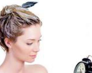девушка с маской на волосах смотрит на часы