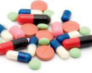таблетки различных форм и цветов