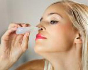 женщина закапывает себе в нос лекарство