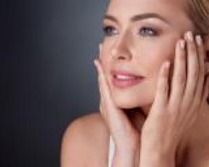 чистая и здоровая кожа лица у девушки