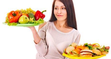 девушка решает какие продукты лучше